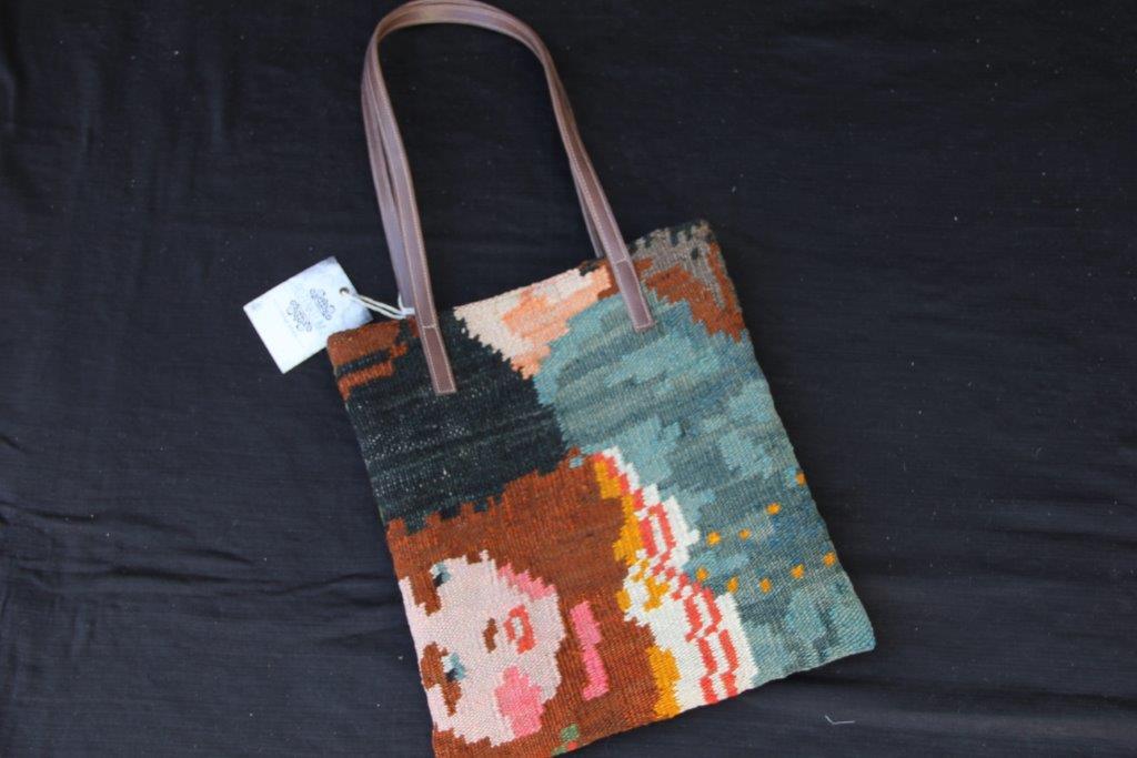 Kelimtas gemaakt van originele rozenkelim stof, tas no 403  28cm wijd, 32cm diep