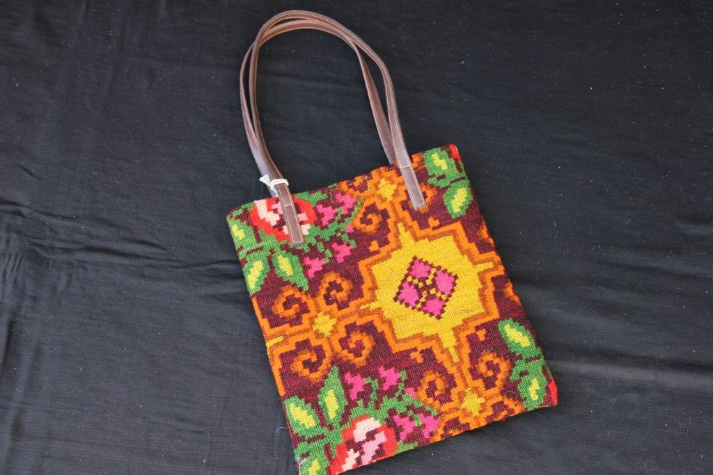 Kelimtas gemaakt van originele rozenkelim stof, tas no 406  28cm wijd, 32cm diep