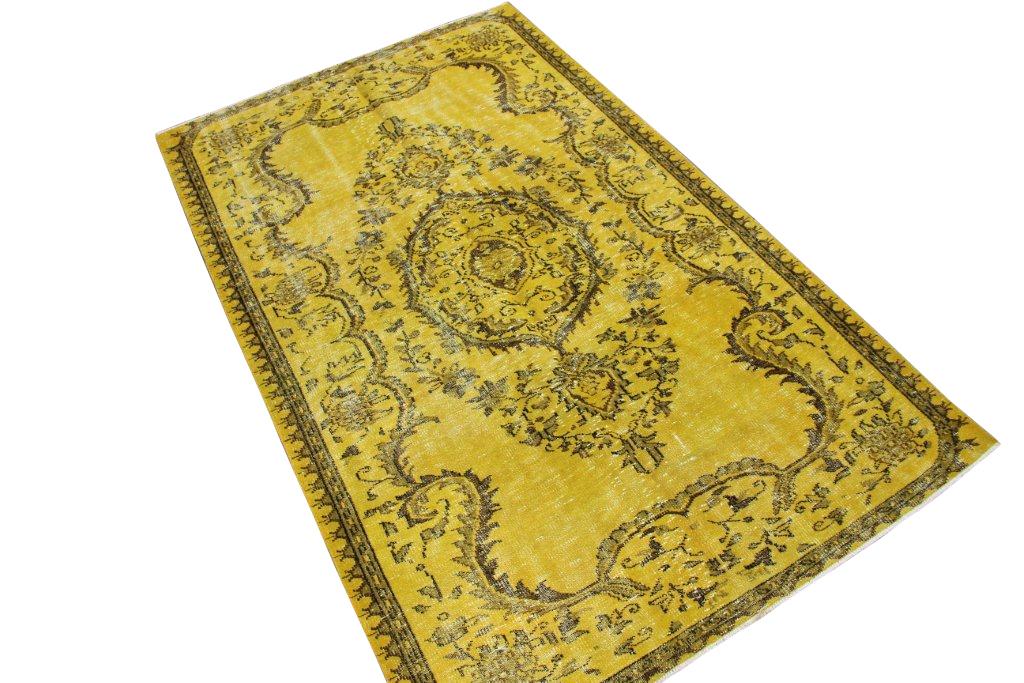 Geel recoloured vintage vloerkleed 253cm x 156cm, no 4087 Ligt bij Silo 6 in Harderwijk maar kan ook bij ons online besteld worden.