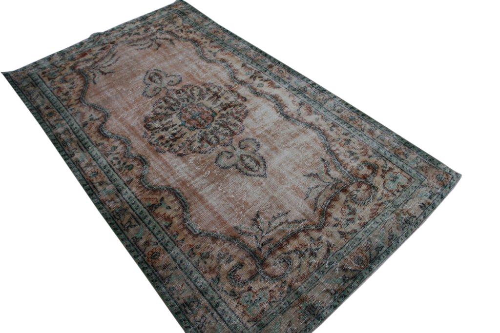 Recoloured vintage vloerkleed  uit Turkije 293cm x 173cm, no 4315 Dit kleed ligt bij Silo 6 in Harderwijk u kunt het wel online bij ons bestellen.