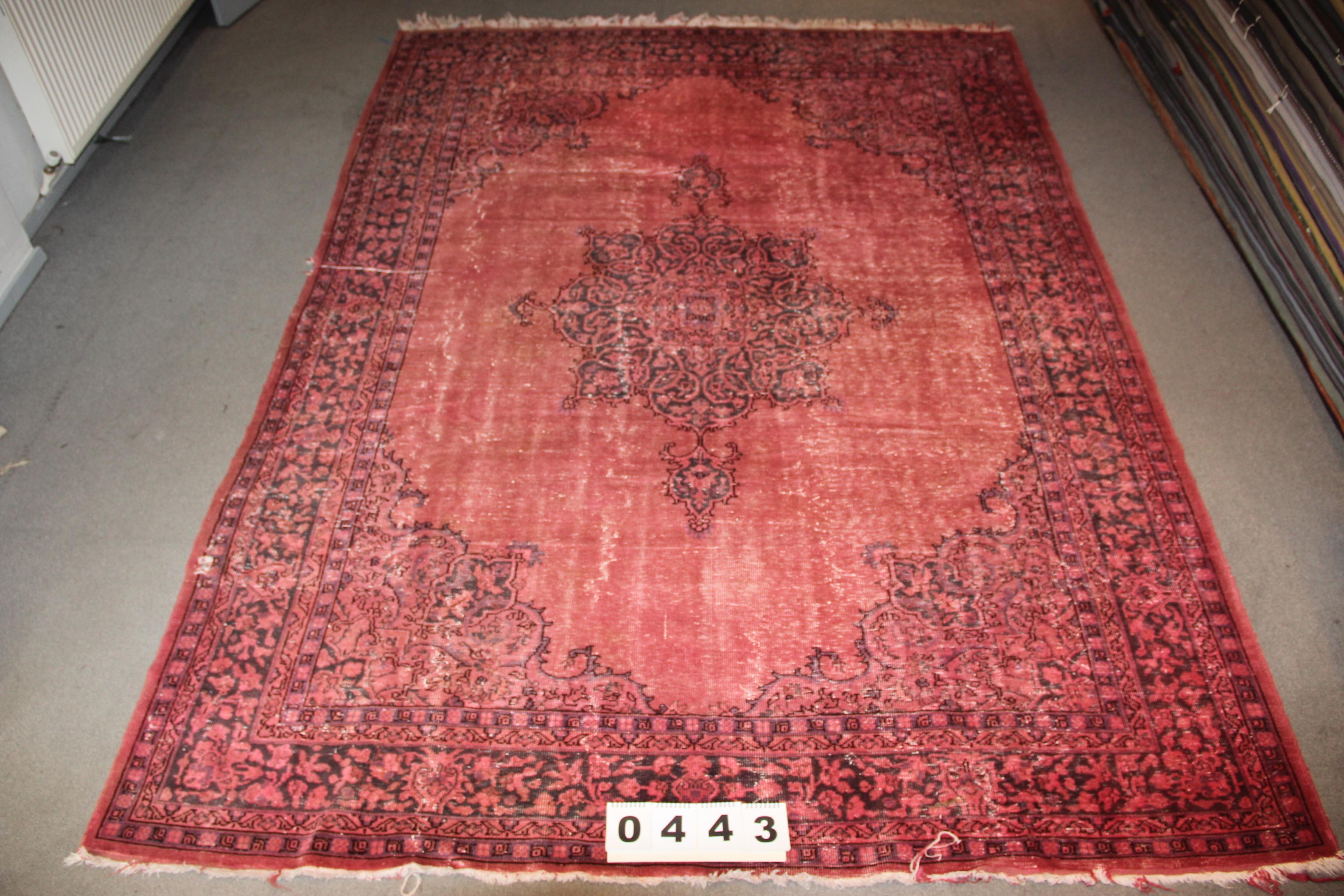 Rood recoloured vloerkleed 443 (325cm x 238cm) Oud tapijt wat een nieuwe hippe trendy kleur heeft gekregen.