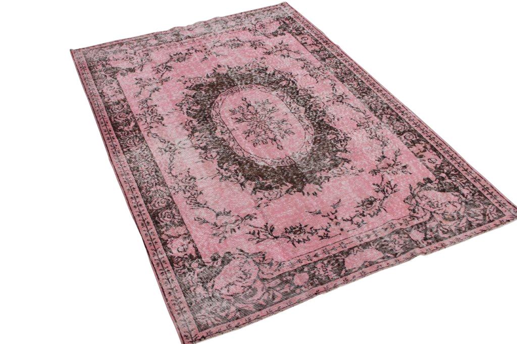 Roze recoloured vloerkleed 444 (250cm x 170cm) Oud tapijt wat een nieuwe hippe trendy kleur heeft gekregen.