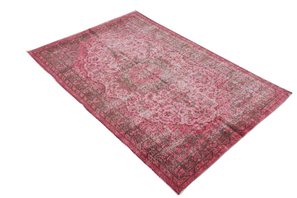 Recoloured vintage roze rood vloerkleed nr 446     (250cm x 170cm) tapijt wat een nieuwe hippe trendy kleur heeft gekregen.
