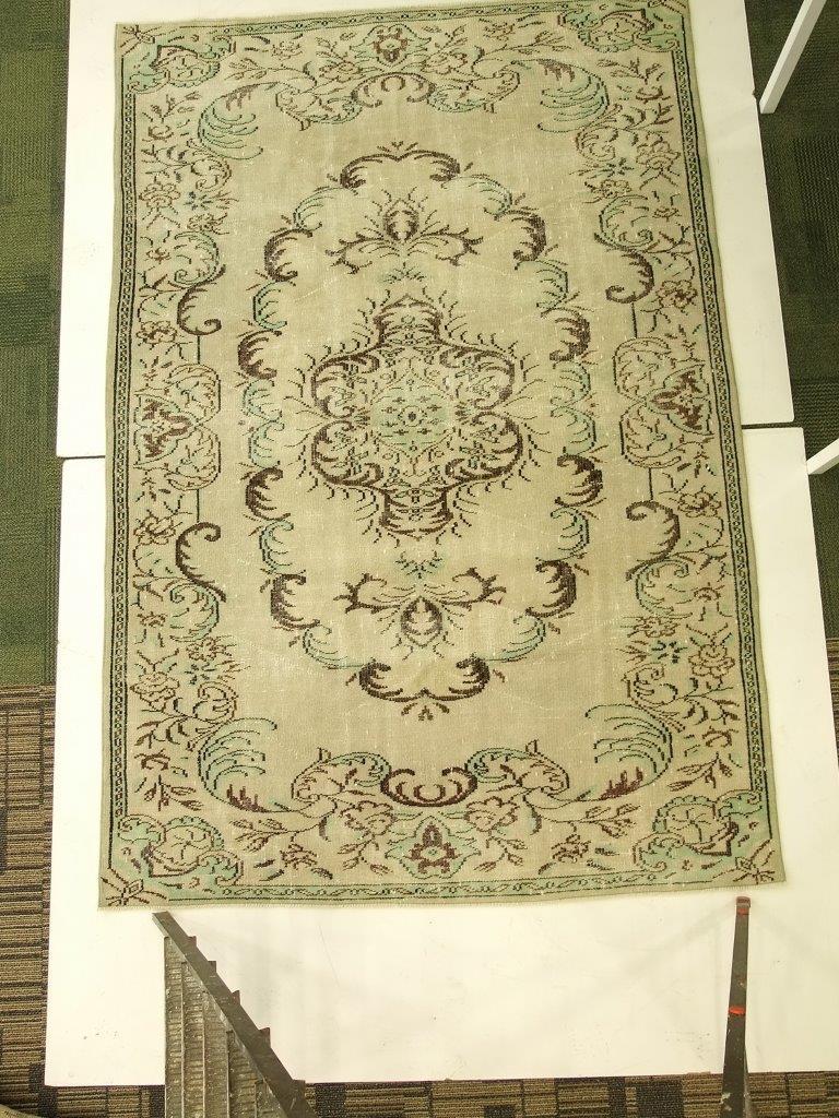 Geel, groen, bruin vintage vloerkleed nr 4511  (178cm x 269cm)   Vloerkleed is vanaf  5 juni leverbaar.