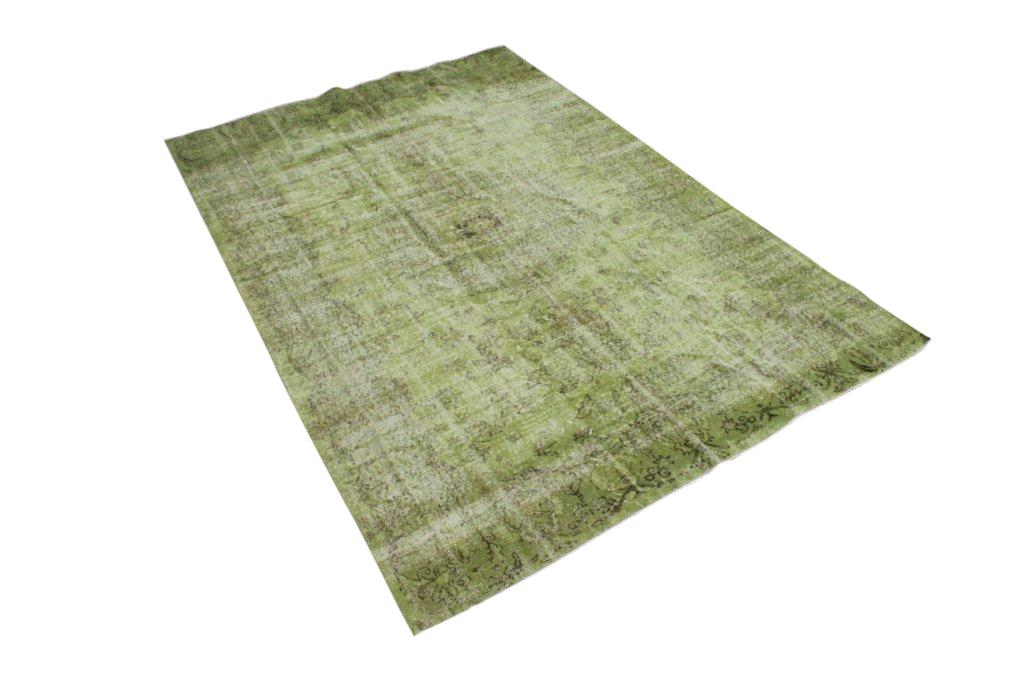 Groen recoloured vloerkleed 452 (293cm x 193cm) Oud tapijt wat een nieuwe hippe trendy kleur heeft gekregen.