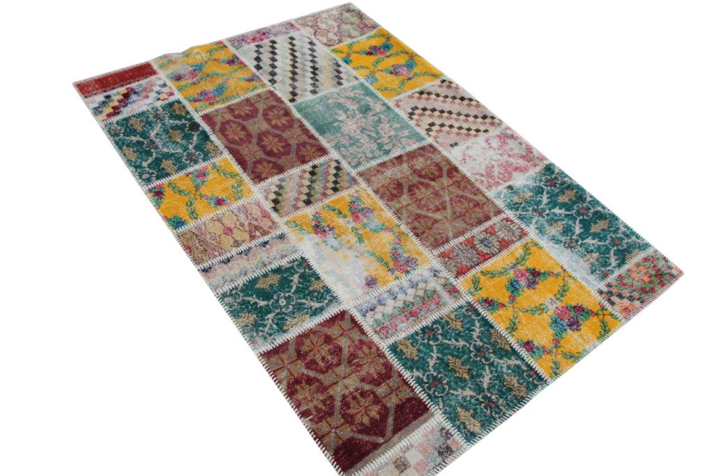 VERKOCHT patchwork vloerkleed   4530  (236cm x 168cm) gemaakt vintage vloerkleden incl.onderkleed van katoen.