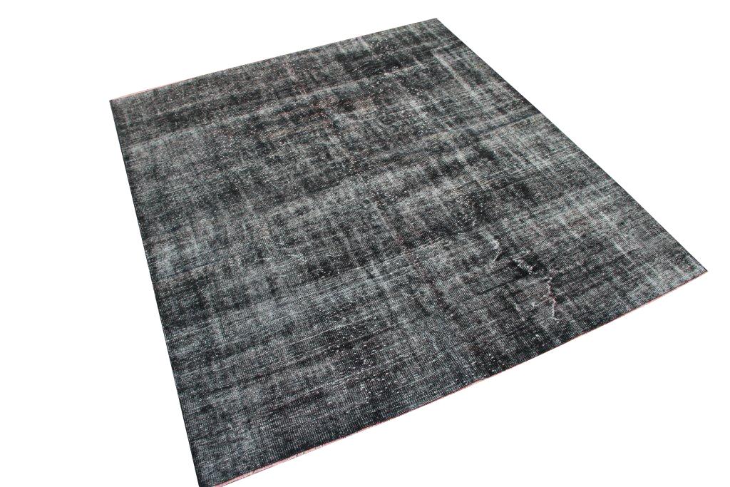 Zwart recoloured vloerkleed nr 457    (239cm x 214cm)   Dit vloerkleed kunnen wij begin mei leveren.