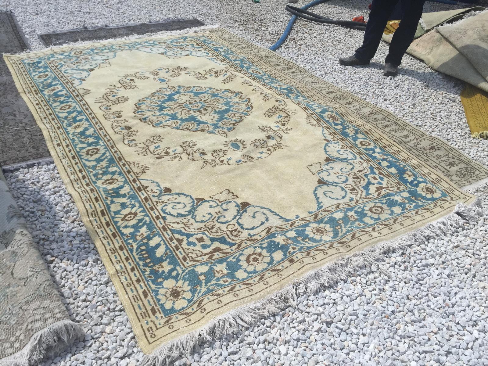 VERKOCHT blauw met zandkleur vintage vloerkleed nr 4782 (290cm x 181cm)  Dit kleed wordt rond 22 augustus in Nederland verwacht