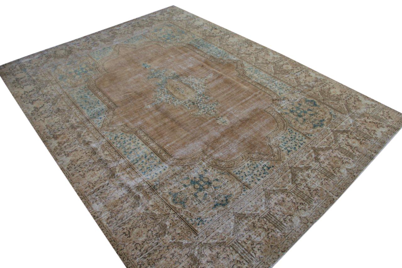 Zandkleurig met lichtblauw vintage vloerkleed uit Iran 372cm x 275cm, no 50086