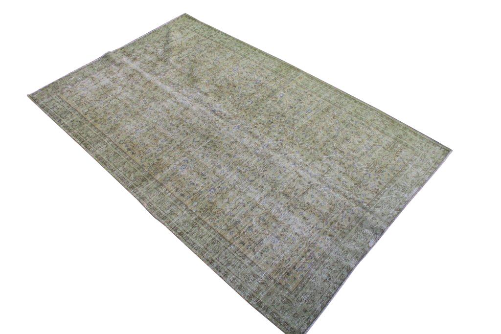 Groen recoloured vloerkleed nr 501   (275cm x 172cm) tapijt wat een nieuwe hippe trendy kleur heeft gekregen.