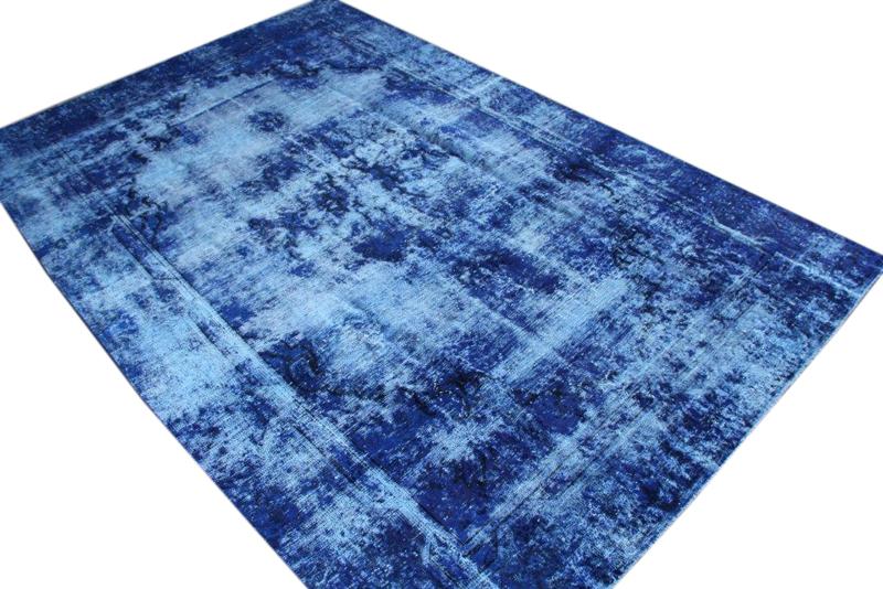 Blauw vintage vloerkleed nr 51309 ( 369cm x 241cm)   oud vloerkleed wat een nieuwe hippe trendy kleur heeft gekregen.