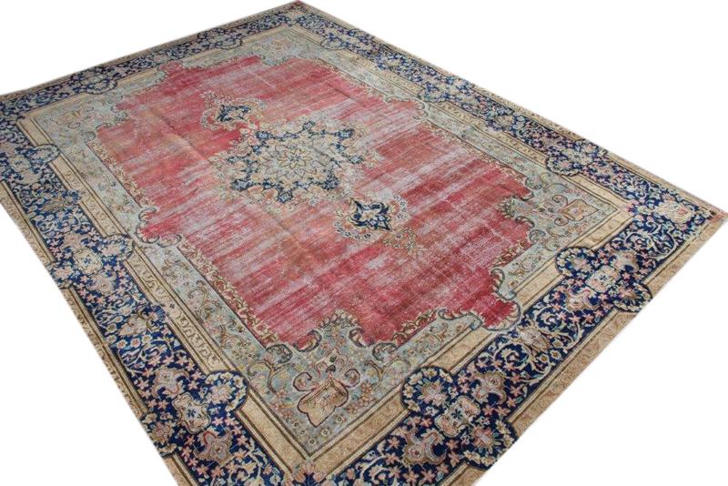 Zandkleurig met rood en blauw vintage vloerkleed nr 51310 ( 382cm x 286cm)   oud vloerkleed wat een nieuwe hippe trendy kleur heeft gekregen.