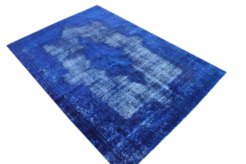 Blauw vintage vloerkleed nr 51312 ( 288cm x 198cm)   oud vloerkleed wat een nieuwe hippe trendy kleur heeft gekregen.