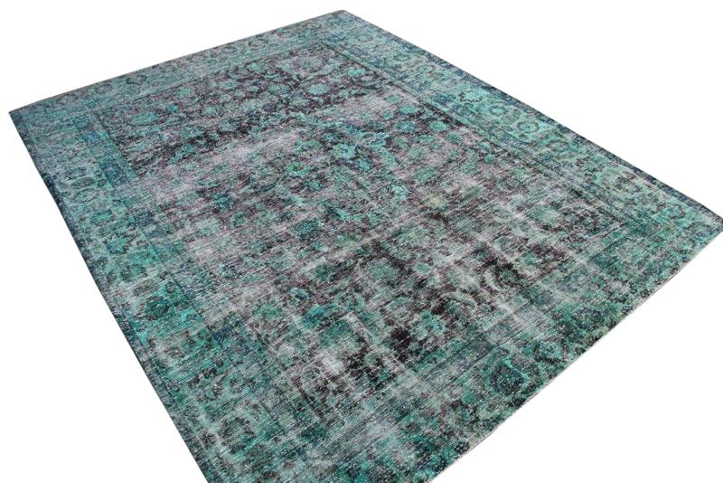 Groen klassiek kleed nr 51343 ( 366cm x 250cm)   oud vloerkleed wat een nieuwe hippe trendy kleur heeft gekregen.