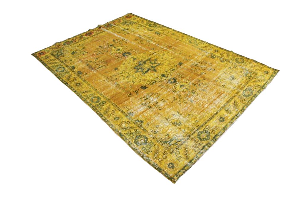 NIEUW BINNEN: recoloured vintage vloerkleed 539    (300cm x 210cm) Oud tapijt wat een nieuwe hippe trendy kleur heeft gekregen.