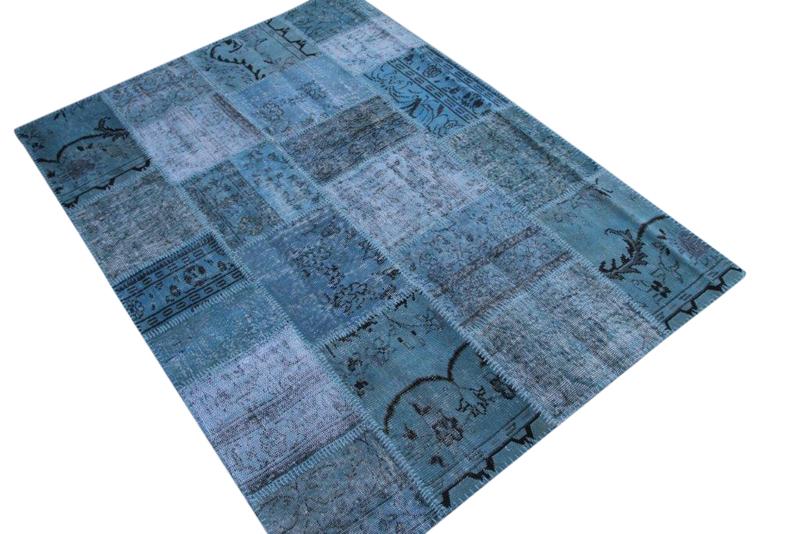 Licht blauw vintage patchwork kleed no 5414    234cm x 170cm.  Gemaakt van oude kleden, incl onderkleed van katoen.