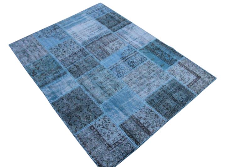 Licht blauw vintage patchwork kleed no 5426  237cm x 170cm.  Gemaakt van oude kleden, incl onderkleed van katoen.