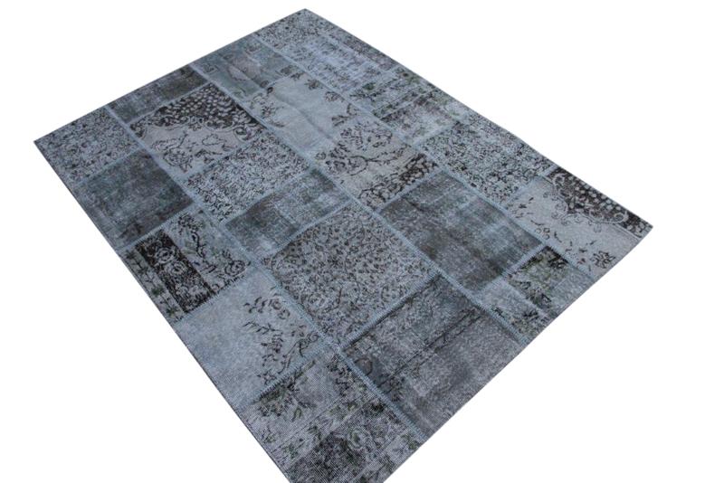 Grijs patchwork kleed no 5444  232cm x 170cm.  Gemaakt van oude kleden, incl onderkleed van katoen.
