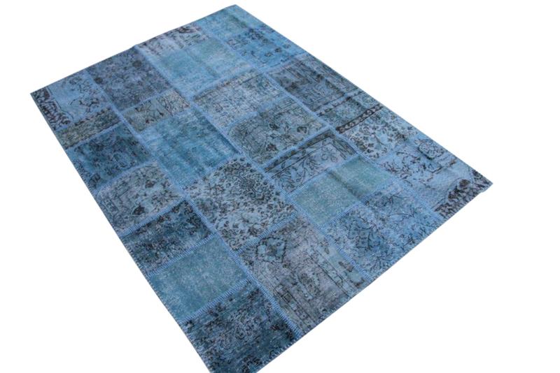 Blauw patchwork vloerkleed no 5446  236cm x 170cm.  Gemaakt van oude kleden, incl onderkleed van katoen.