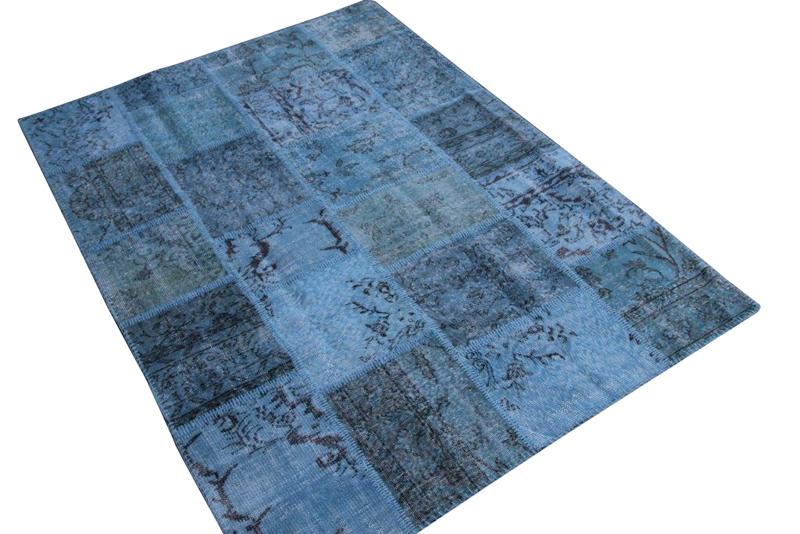 Grijs blauw patchwork vloerkleed no 5449  234cm x 170cm.  Gemaakt van oude kleden, incl onderkleed van katoen.