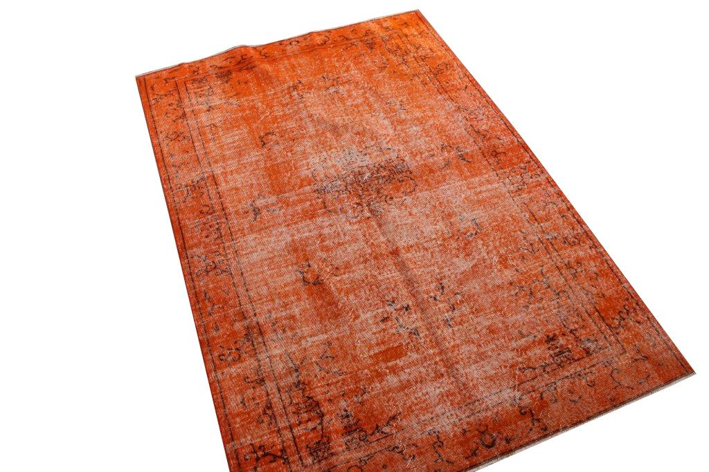 Oranje recoloured vloerkleed nr 553  (240cm x 143cm) U kunt dit kleed bij ons online bestellen maar u kunt het ook bekijken en eventueel kopen bij eLiving in Utrecht.
