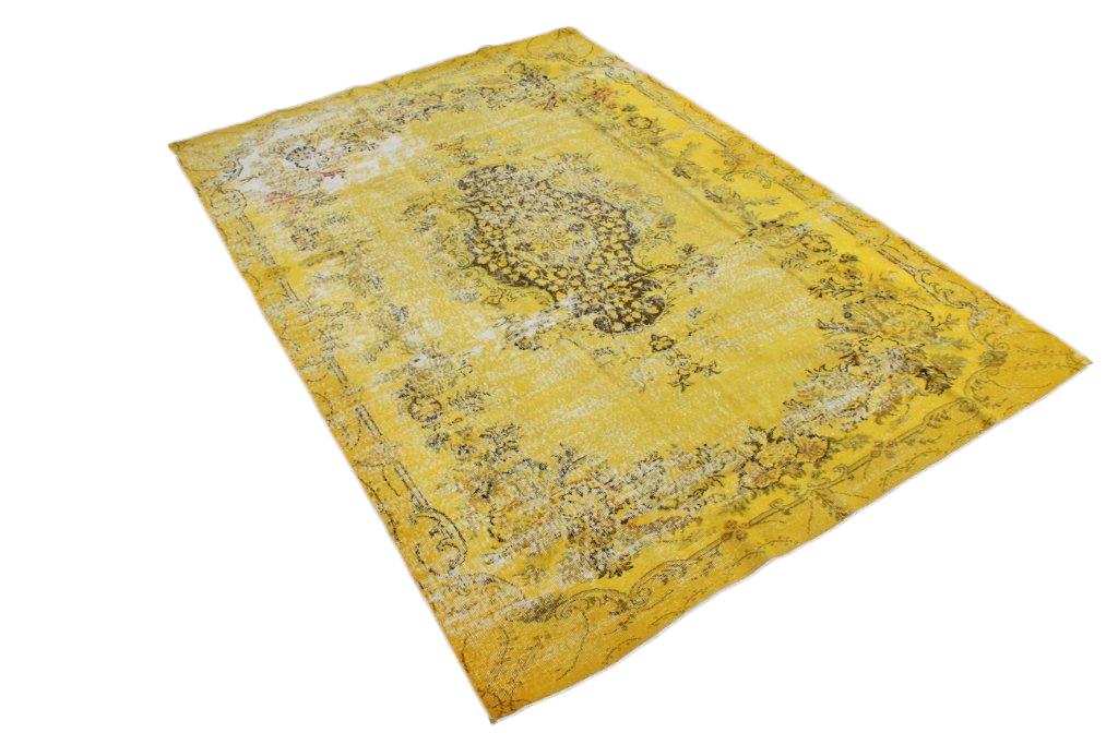 Geel recoloured vintage vloerkleed 556 (310cm x 215cm) Oud tapijt wat een nieuwe hippe trendy kleur heeft gekregen.