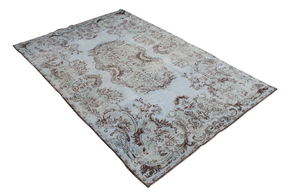 Recoloured vintage vloerkleed 560 (300cm x 200cm) Oud tapijt wat een nieuwe hippe trendy kleur heeft gekregen.