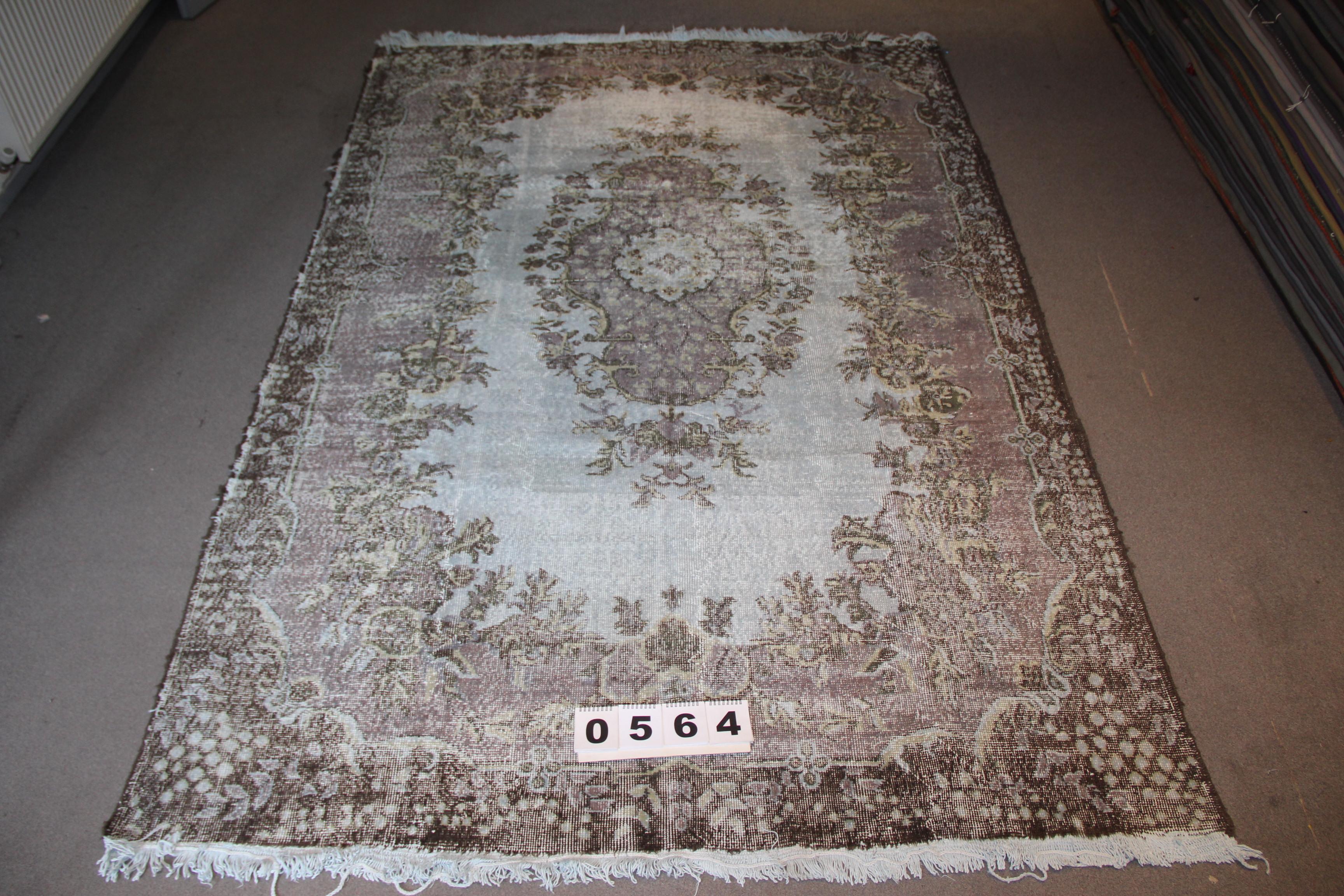 Grijs blauw recoloured vintage vloerkleed  564    (295cm x 203cm) Oud tapijt wat een nieuwe hippe trendy kleur heeft gekregen.