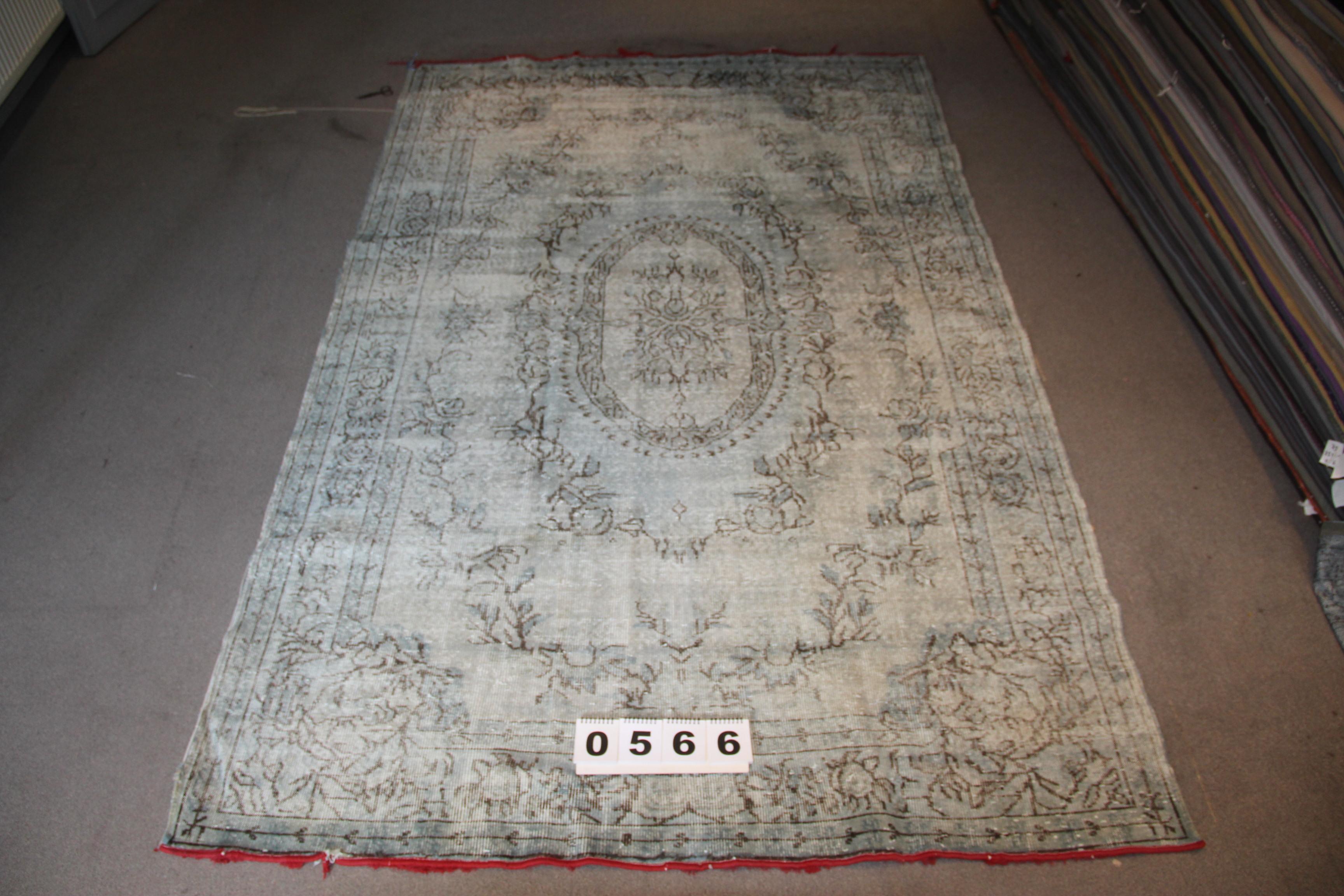 Grijs blauw recoloured vintage vloerkleed  566    (295cm x 190cm) Dit kleed ligt bij vos interieur in Groningen.