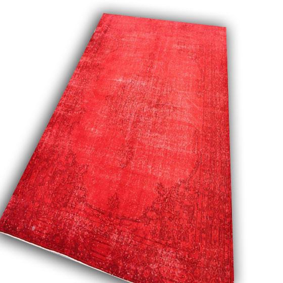 Rood vloerkleed 64 (313cm x230cm) Dit kleed kunt u bekijken/aanaschaffen bij Silo 6 in Harderwijk.
