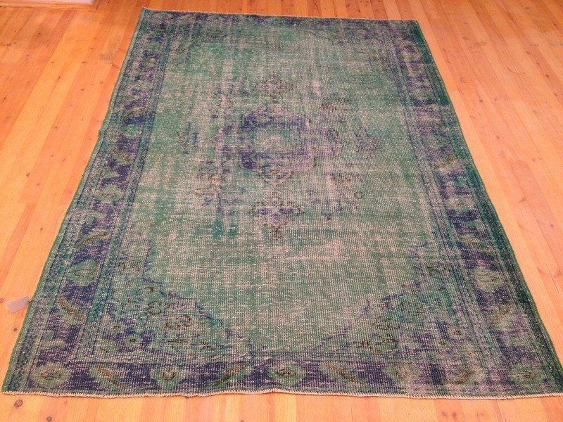 Recoloured klassiek vloerkleed nr 649 ( 243cm x 170cm) tapijt wat een nieuwe hippe trendy kleur heeft gekregen.