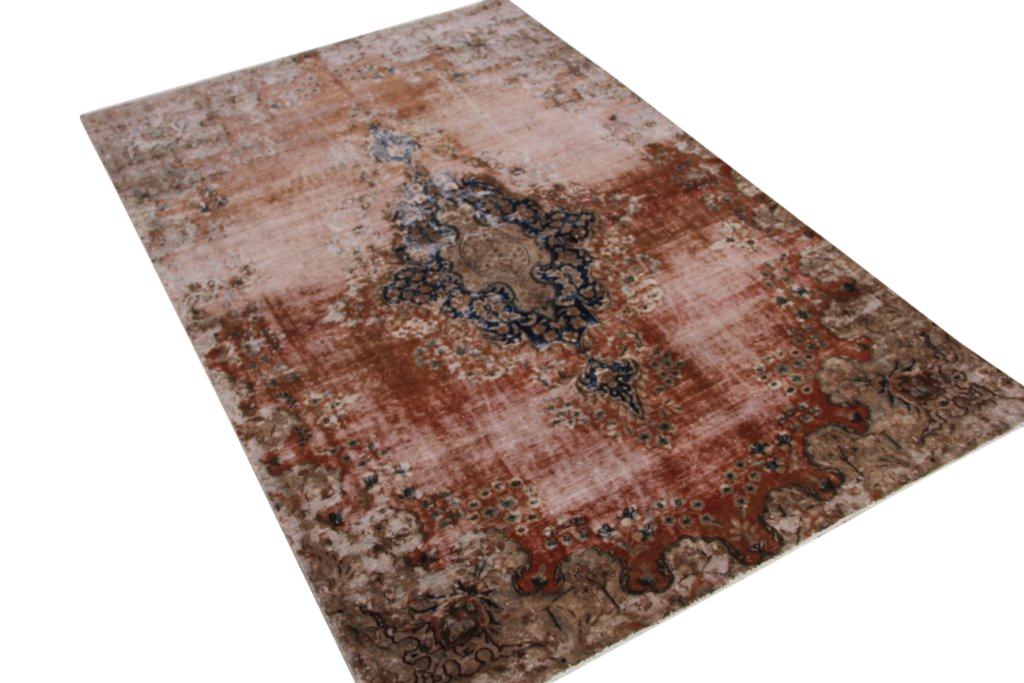Recoloured klassiek vloerkleed nr 689 ( 280cm x 180cm) tapijt wat een nieuwe hippe trendy kleur heeft gekregen.