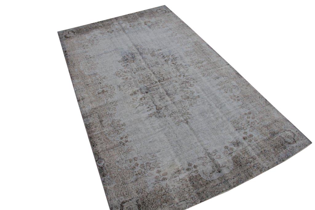 Recoloured klassiek vloerkleed nr 706 (295cm x 180cm) tapijt wat een nieuwe hippe trendy kleur heeft gekregen.