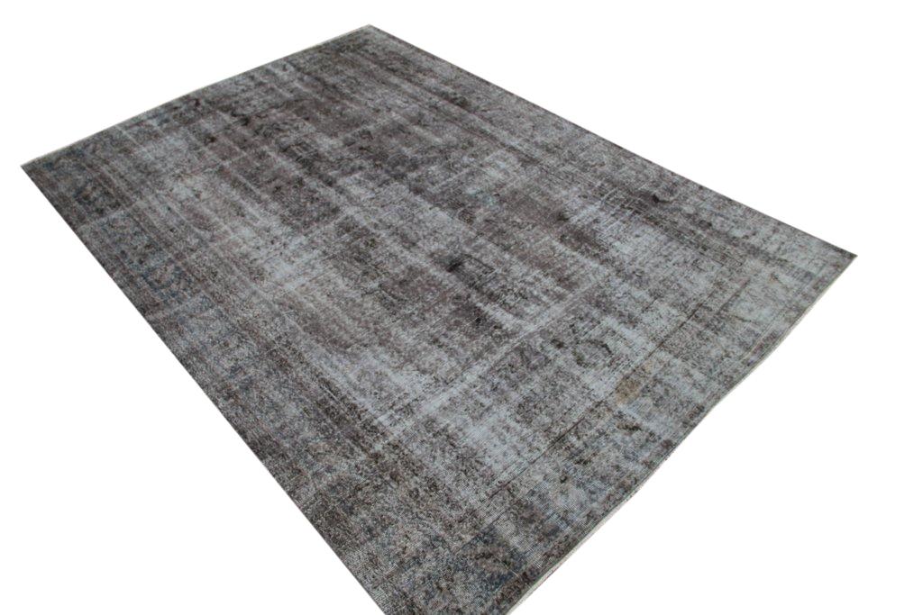 Recoloured klassiek vloerkleed nr 723 (307cm x 216cm) tapijt wat een nieuwe hippe trendy kleur heeft gekregen.