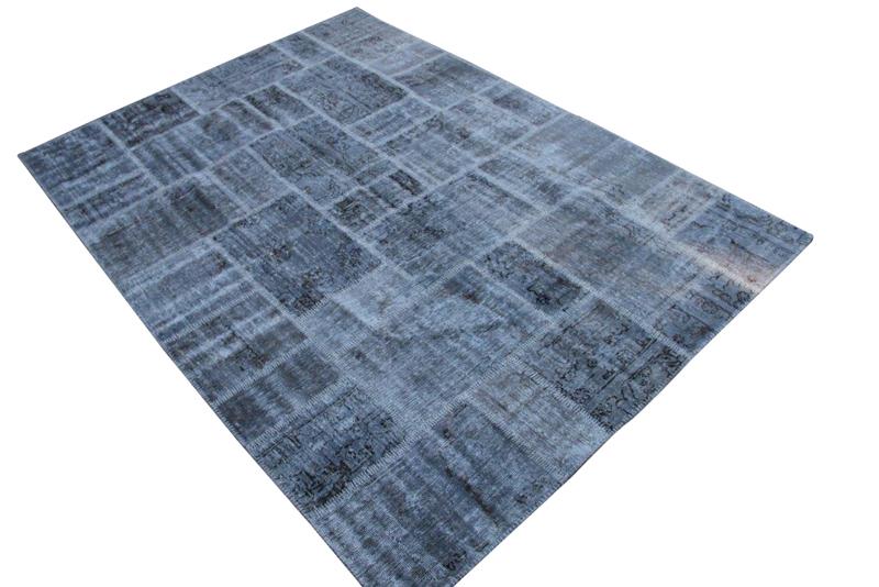 Blauw patchwork vloerkleed no 7260  300cm x 215cm.  Gemaakt van oude kleden, incl onderkleed van katoen.