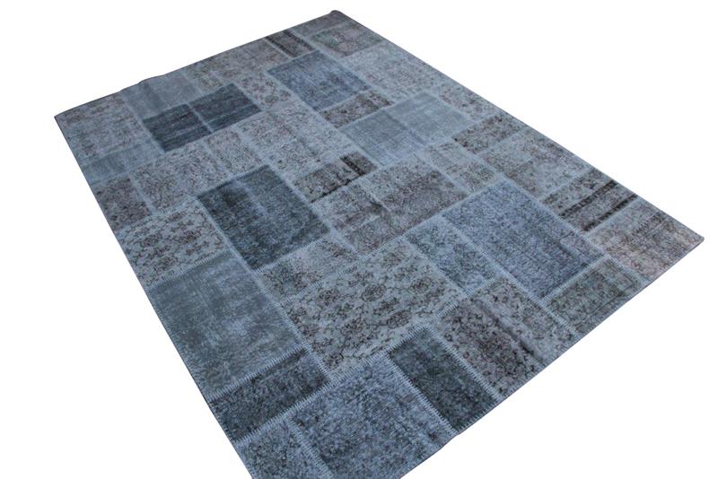 VERKOCHT grijs blauw vintage patchwork vloerkleed no 7266  303cm x 215cm.  Gemaakt van oude kleden, incl onderkleed van katoen.