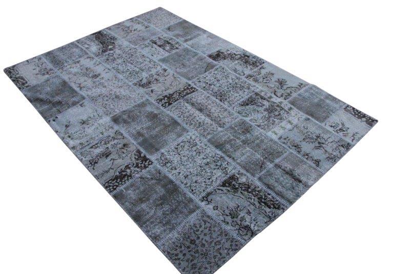 Grijs patchwork vloerkleed no 7277  293cm x 200cm.  Gemaakt van oude kleden, incl onderkleed van katoen.