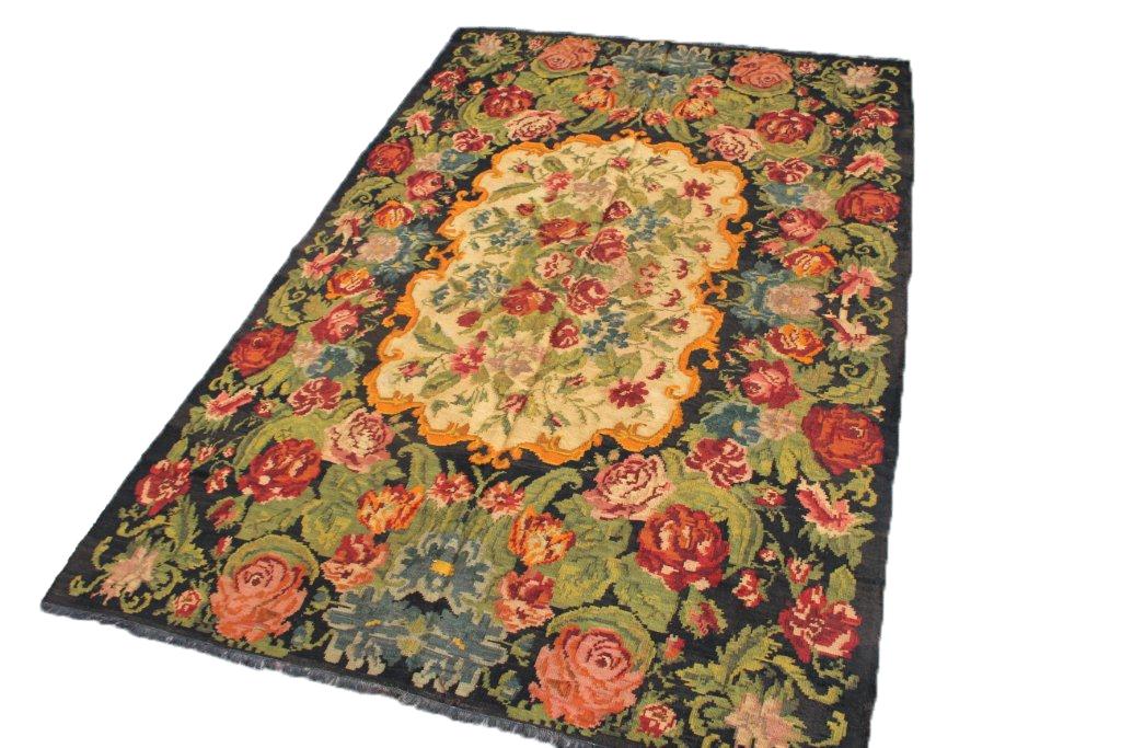 Kelim met rozen nr 739 (311cm x 213cm) Handgeweven kelim in perfecte staat 30 tot 80 jaar oud.