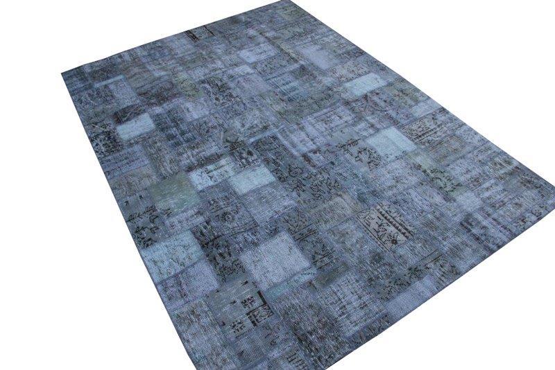 Grijs patchwork kleed no 7519  298cm x 213cm.  Kleed is aan een kant bobbelig en is daarom in de aanbieding.