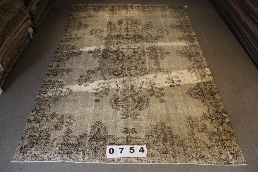 Recoloured klassiek vloerkleed nr 754 (300 cm x 196 cm) tapijt wat een nieuwe hippe trendy kleur heeft gekregen.