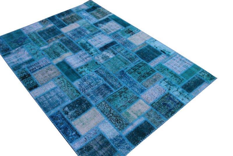 Blauw patchwork vloerkleed no 7606  238cm x 170cm.  Gemaakt van oude kleden, incl onderkleed van katoen.