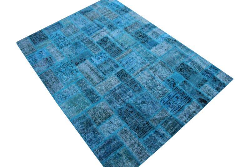 Blauw patchwork vloerkleed no 7613  237cm x 172cm.  Gemaakt van oude kleden, incl onderkleed van katoen.
