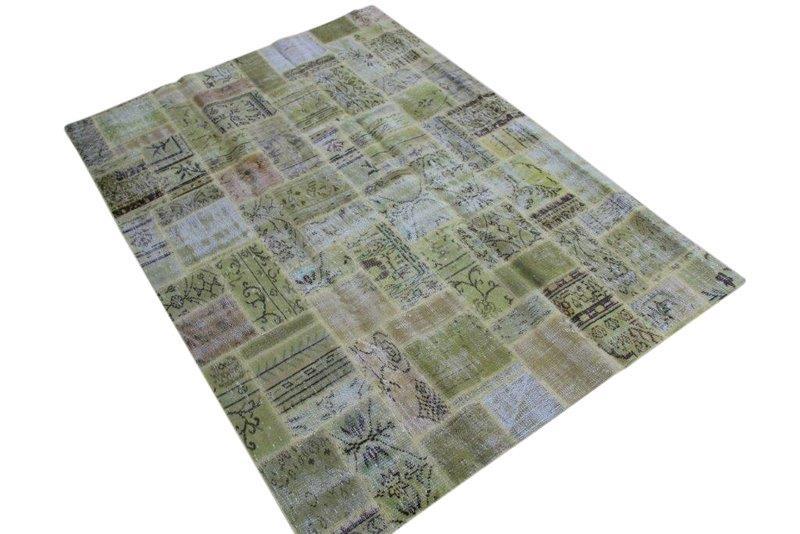 Groen - geel patchwork vloerkleed no 7615  237cm x 171cm.  Gemaakt van oude kleden, incl onderkleed van katoen.