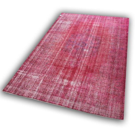 Vintage rood vloerkleed  78 (315cm x 215cm) Dit kleed ligt bij Silo 6 in Harderwijk.