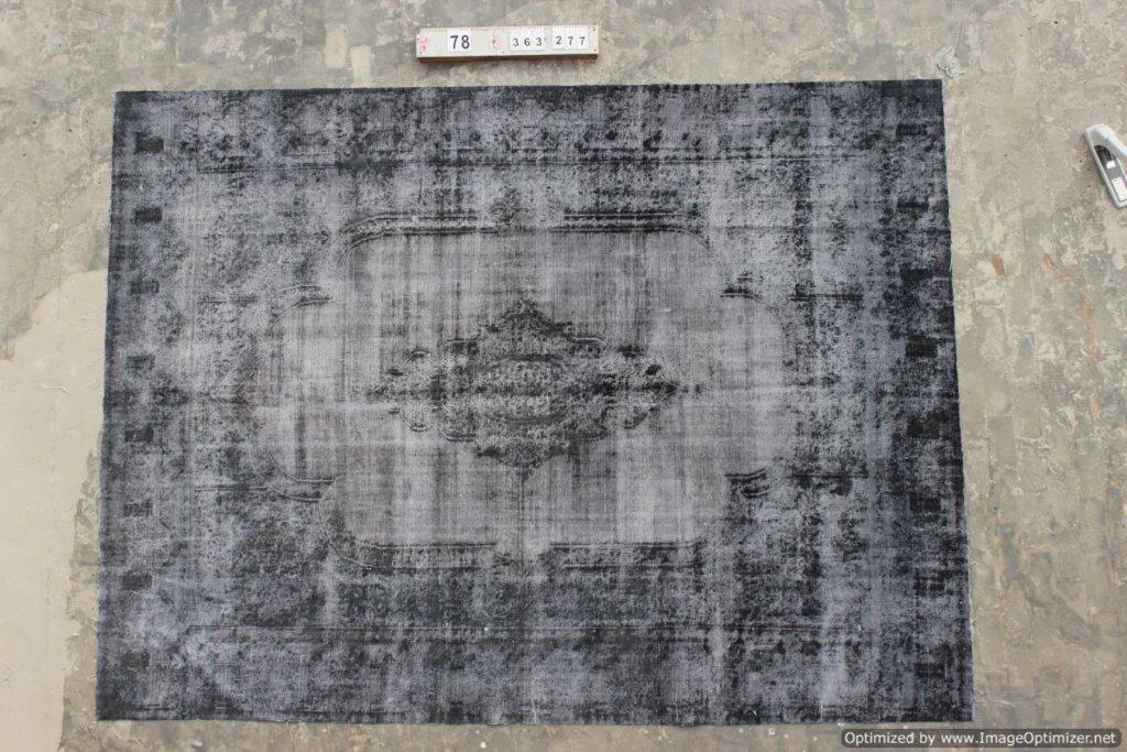 Recoloured klassiek vloerkleed nr 0078 (363cm x 277cm) tapijt wat een nieuwe hippe trendy kleur heeft gekregen.