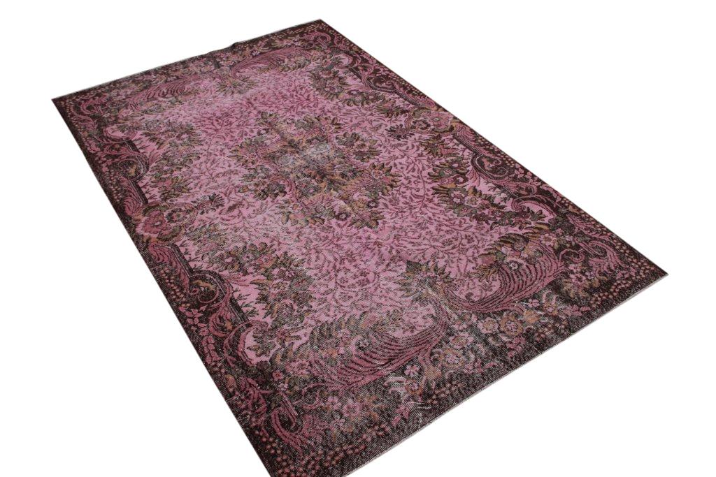 Recoloured  oud roze vintage vloerkleed  uit Turkije 283cm x 183cm, no 789 Dit kleed ligt bij Silo 6 in Harderwijk u kunt het wel online bij ons bestellen.