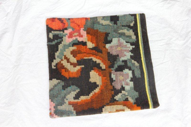 Kelim kussen no 802 (40cm x 40cm) Vintage kussen gemaakt van bloemen kelim uit Moldavie