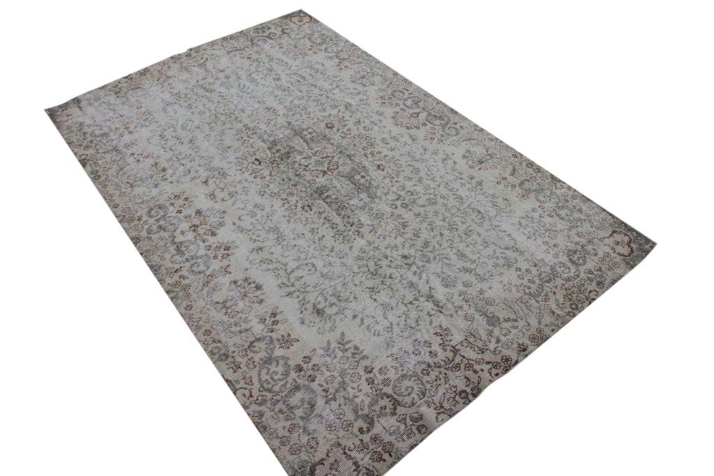 Recoloured klassiek vloerkleed nr 825 (278 cm x 180 cm) Ditkleed ligt bij Silo 6 in Harderwijk. U kunt het online bij ons bestellen.