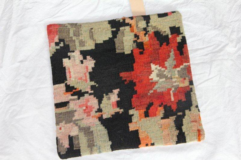 Kelim kussen no 832 (40cm x 40cm) Vintage kussen gemaakt van bloemen kelim uit Moldavie