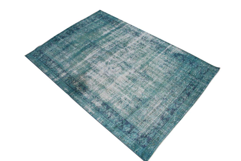 Recoloured klassiek vloerkleed nr 833 (233cm x 159cm) tapijt wat een nieuwe hippe trendy kleur heeft gekregen.
